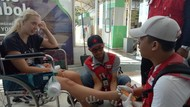 Tim Kesehatan PMI Periksa Turis Asing di Bandara Lombok