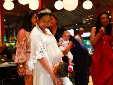 Anak pertama Happy Salma sepertinya tidak sabar menunggu kelahiran adiknya. (Foto: Instagram @happysalma)