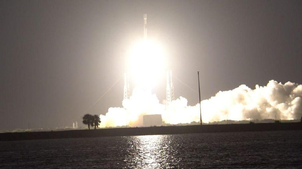 Satelit Merah Putih Kenapa Meroket Tengah Malam?