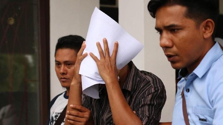 Dijebloskan ke Bui, Koruptor Kasus Rp 17 Miliar Ini Tutupi Muka