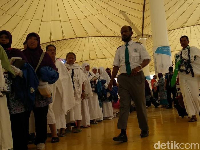 Ilustrasi petugas Arab Saudi mengawasi jemaah di Bandara Jeddah (Fajar-detik)