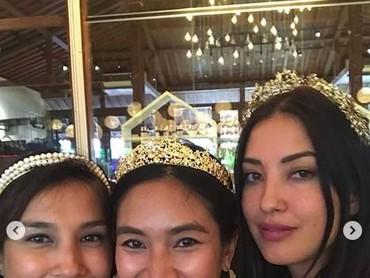 Happy Salma senang banget nih mendapat kejutan dari teman-temannya itu. (Foto: Instagram @happysalma)