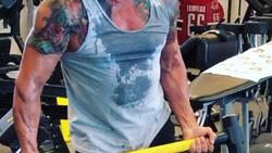 Masih ingat dengan pemeran Rambo? Siapa sangka, aktor gaek ini mampu menjaga tubuhnya tetap kekar sampai sekarang. Penasaran? Yuk lihat!