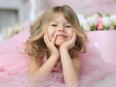 Senyum Alina bisa bikin hari Selasa kita makin semangat nih. (Foto: Instagram/tanya__photo via alina___yakupova)