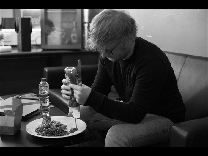 Wah, ternyata pelantun lagu Shape of You itu penggemar saus tomat. Ia menuangkan saus tomat pada sajian ayam dan kacang polongnya. Foto: Instagram teddysphotos