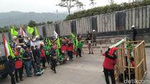 Ratusan Buruh Demo PT Semen Jawa di Sukabumi