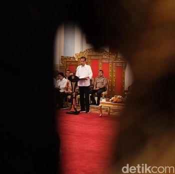 Jokowi pimpin rapat pakai sneakers.