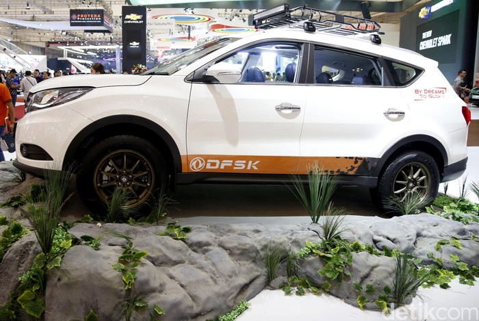 Produsen mobil China DFSK ikut meramaikan GIIAS 2018. Glory 580 digang menjadi penantang Honda CRV.