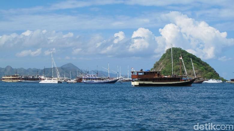 Labuan Bajo yang terkenal dengan lautan biru (Afif Farhan/detikTravel)