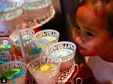 Anak pertama Happy Salma, Tjokorda Sri Kinandari Kerthyasa, suka dengan kue di acara itu. (Foto: Instagram @happysalma).