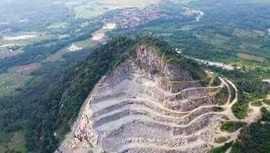 Melihat Lagi Ngerinya Gunung Karawang yang Nyaris Habis Ditambang