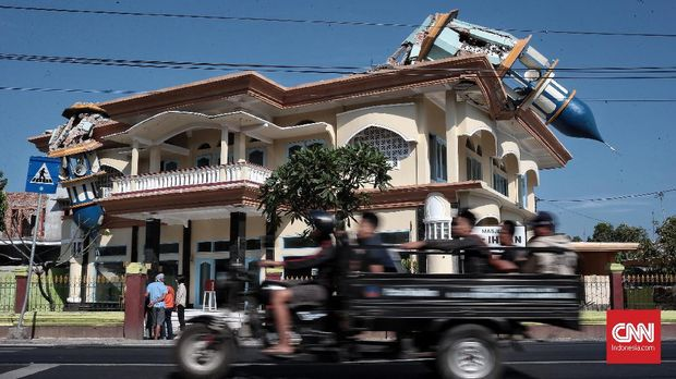 Menara sebuah bangunan di Lombok Utara roboh akibat gempa, Selasa, 7 Agustus.