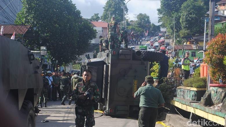 Panser Tarantula Terguling di Ambon, 2 TNI Luka-luka