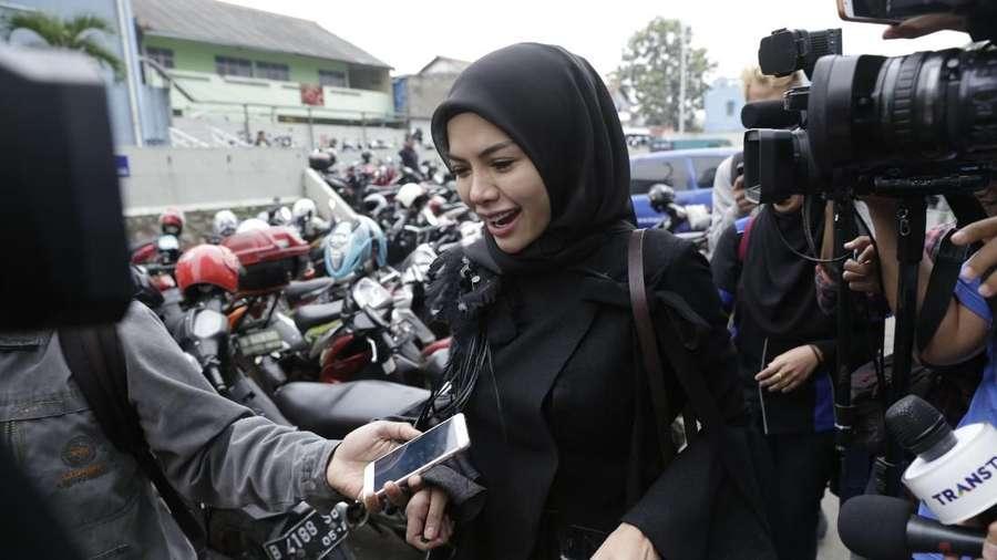 Rasakan Gempa di Bali, Nikita Mirzani Nangis Sambil Peluk Anak