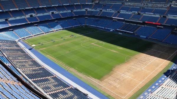 Di awal tur, traveler bakal diminta menuju ke ujung paling tinggi stadion. Dari situ, traveler bisa berfoto dengan latar stadion yang megah (Dhani Irawan/detikTravel)