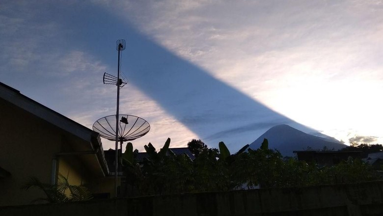 Penampakan Cahaya Matahari Seakan Terbelah di Gunung Sindoro
