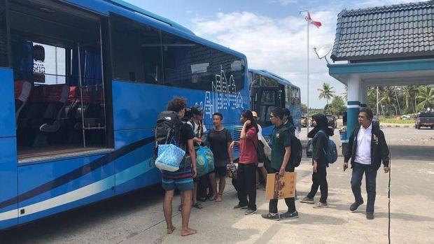 Bus yang mengevakuasi turis dari 3 gili