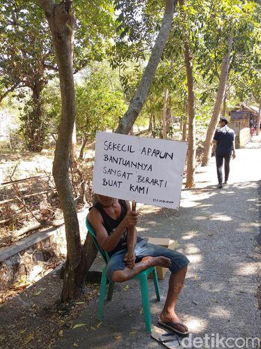 Sebagian warga bahkan harus 'meminta-minta' di pinggir jalan.