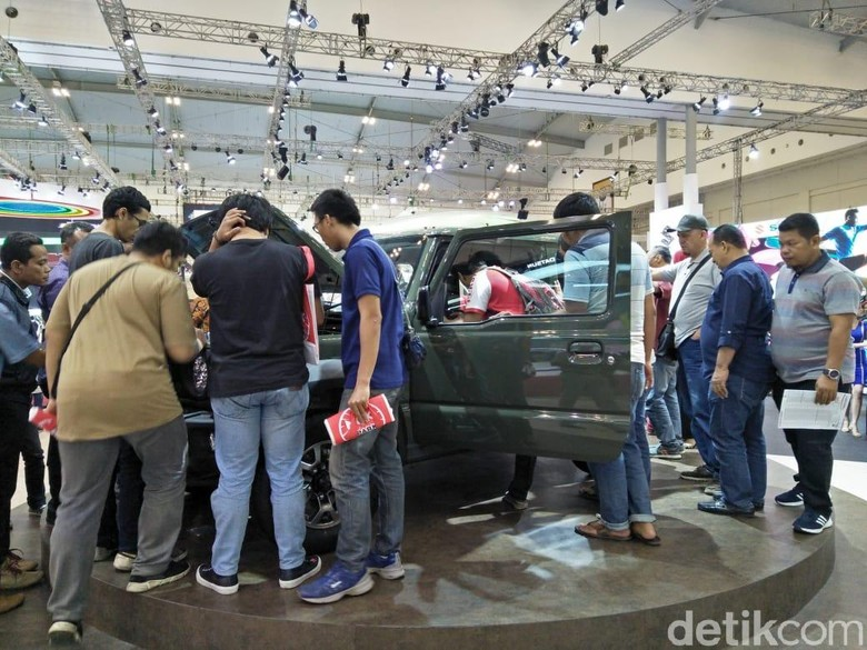 Suzuki Jimny dikerubungi pengunjung. Foto: Ruly Kurniawan