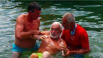 Pecahkan Rekor, Kakek Ini Berenang 3,5 Km dengan Tangan dan Kaki Terikat