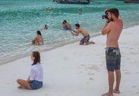 Pria Ini Jadi Viral Saat Foto Pacarnya di Pantai, Ada Hal Lucu Terjepret