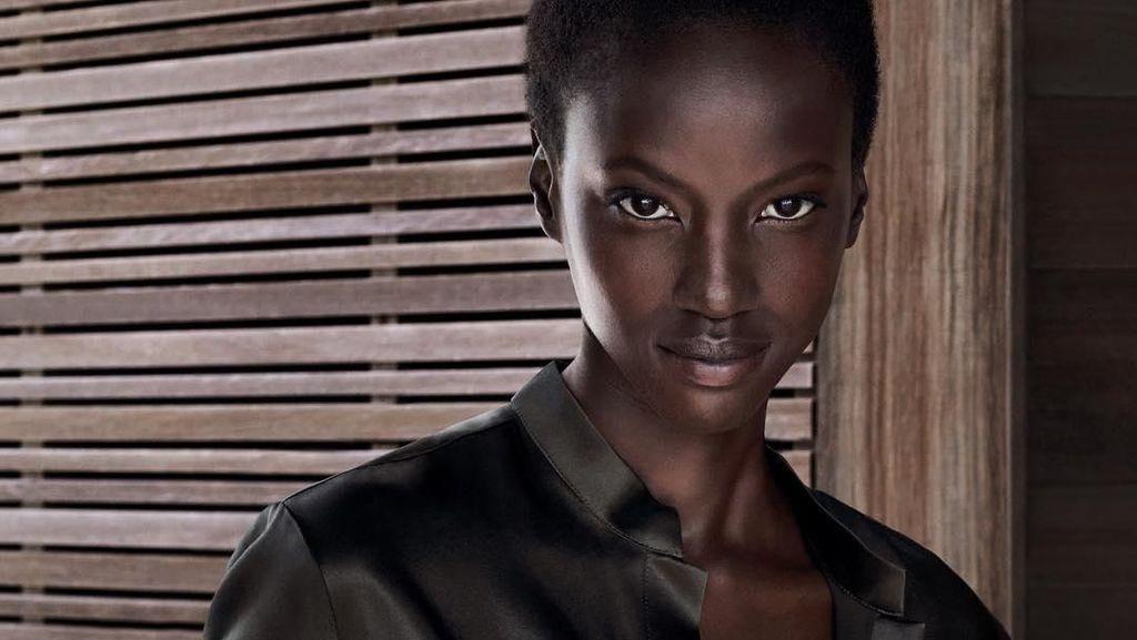Pesona Anok Yai, Model Kulit Hitam Legam yang Jadi Wajah Estee Lauder