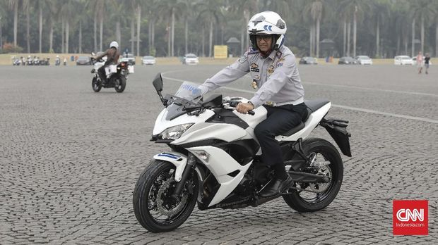 Gubernur DKI Jakarta Anies Baswedan menjajal Kawasaki Ninja milik Dishub DKI.