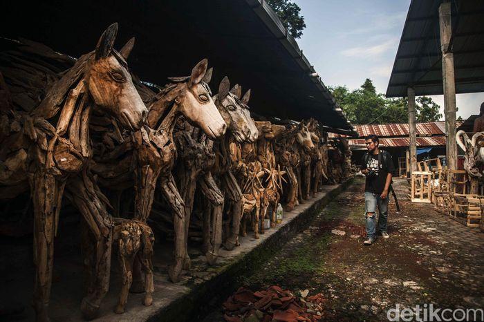 Berkunjung ke daerah Kasongan, Bantul, Yogyakarta terlihat deretan patung-patung kayu hasil karya para perajin yang masih dalam proses pembuatan.