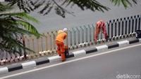 Sejumlah petugas Penanganan Prasarana dan Sarana Umum (PPSU) mengecat pagar pembatas di Jalan Dr Sutomo, Jakarta, Rabu (8/8/2018).