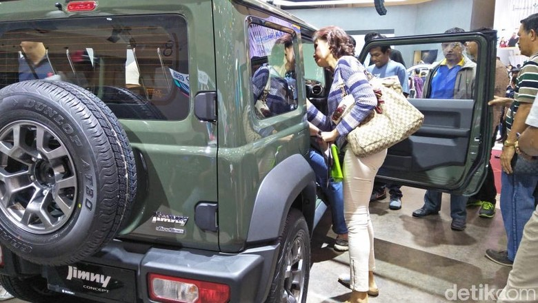 Pengunjung GIIAS melihat mobil Suzuki Jimny (Foto: Ruly Kurniawan)