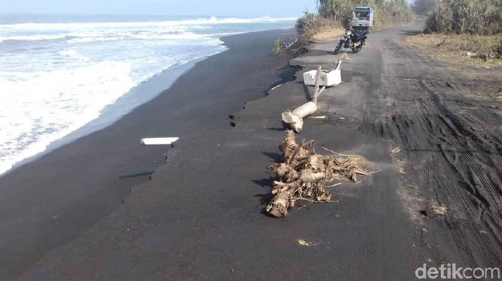 Ombak Tinggi Rusak Jalan Pantai Glagah dan Ancam Tambak Udang