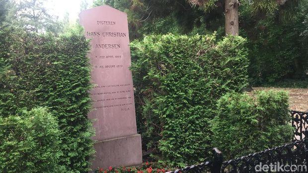 Batu nisan Hans Christian Andersen, penulis dongeng klasik Little Mermaid.