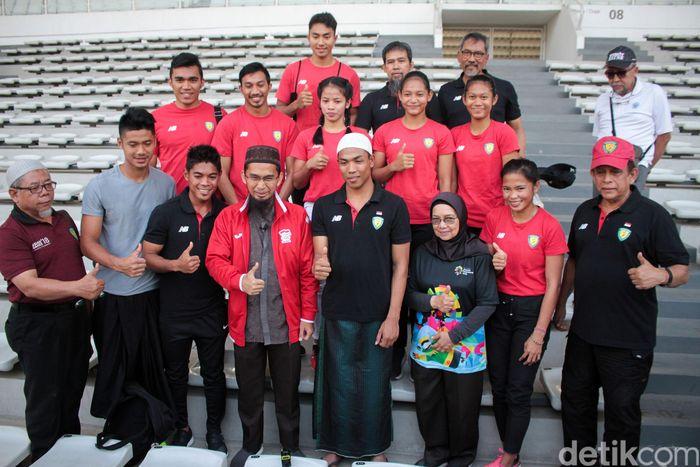 Lalu menerima penghargaan berupa tiket umroh di Stadion Madya Gelora Bung Karno, Senayan, pada Rabu (8/8/2018).