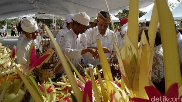 Upacara pembersihan secara tradisi Bali ini dihadiri oleh Menko Maritim Luhut Binsar Panjaitan (Nandhang Astika/detikTravel)