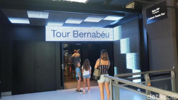 Harga tiket tur stadion seharga 25 Euro atau sekitar Rp 400 ribuan. Inilah pintu masuk Tour Bernabeu (Dhani Irawan/detikTravel)