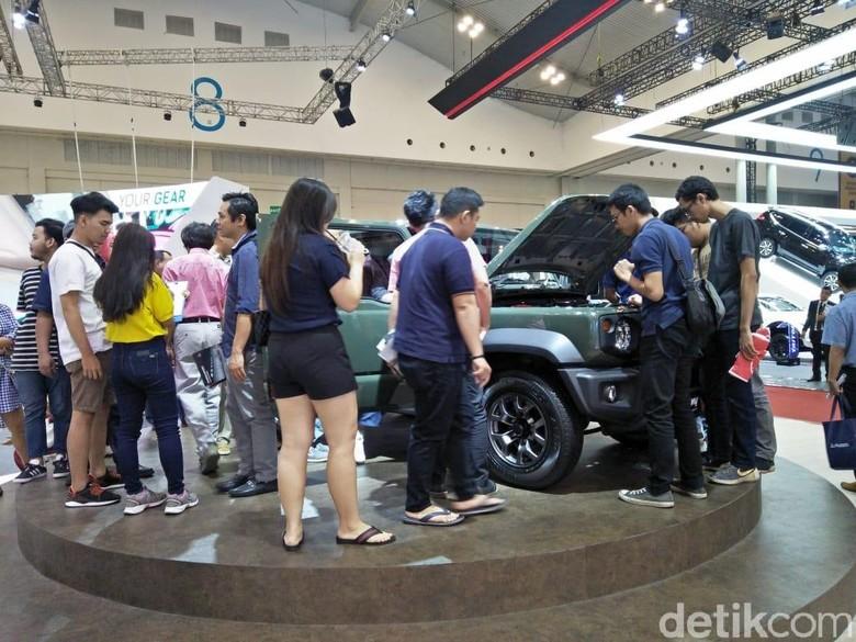 Suzuki Jimny saat dikerubungi orang-orang di GIIAS. Foto: Ruly Kurniawan