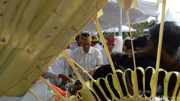 Alunan gamelan juga mengiringi prosesi upacara. Prosesi upacara dipimpin oleh 3 Sulinggih (Nandhang Astika/detikTravel)