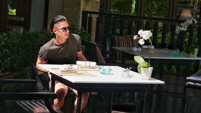Begini gaya keren Kim ketika makan siang di sebuah restoran, dengan sinar matahari terik yang membuatnya semakin tampan. Foto: Instagram @kimkurniawan