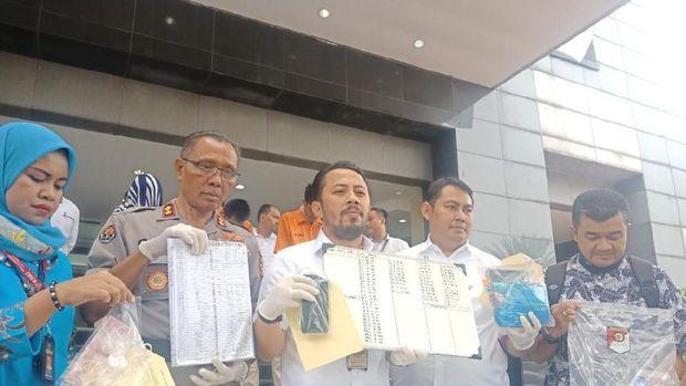 Polisi menunjukkan barang bukti prostitusi di Apartemen Kalibata City