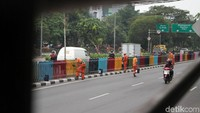 Pengecatan pembatas jalan ini merupakan upaya kota Jakarta untuk mempercantik diri menyambut Asian Games 2018.