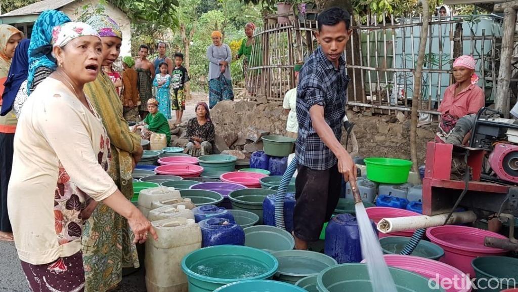 Antre Berjam-jam Demi 2 Liter Air Bersih, Ini Terjadi di Pasuruan
