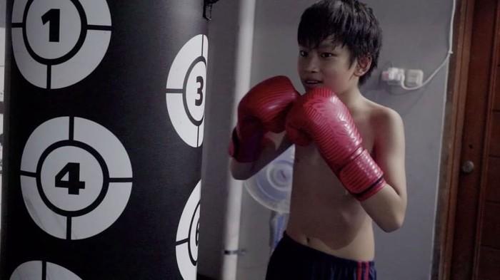 Di rumahnya Azka mengikuti latihan boxing bersama pelatih. (Foto: Instagram/azkacorbuzier)