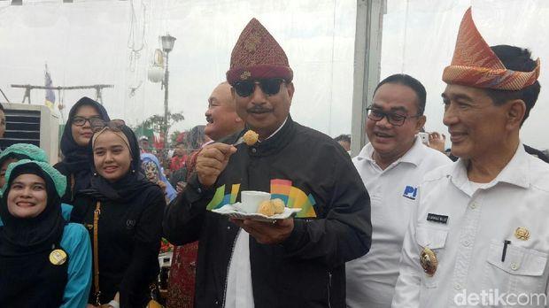 Menteri Pariwisata Arief Yahya saat mencoba pempek di Palembang