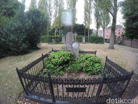 Seperti makam pada umumnya, ada banyak nisan tua di kuburan ini.