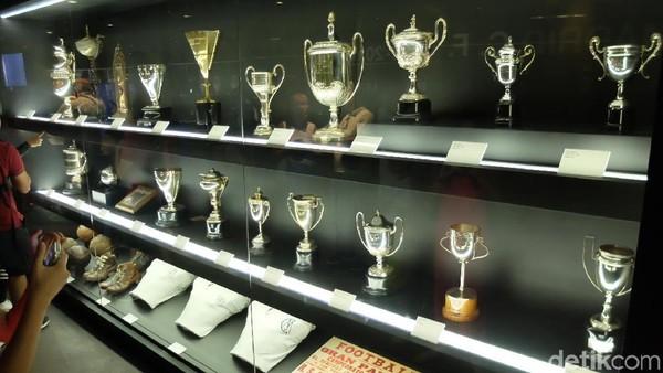 Tur berlanjut ke galeri prestasi Real Madrid dari masa ke masa selepas dari tribun tertinggi stadion. Berbagai piala yang pernah diraih Real Madrid dipamerkan (Dhani Irawan/detikTravel)