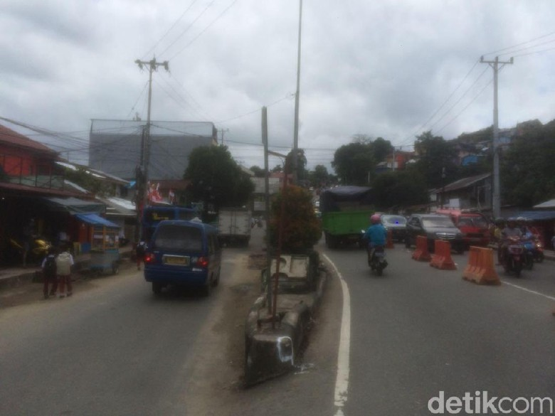 Panser Terguling di Jl Sudirman Ambon Sudah Dievakuasi