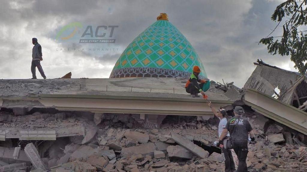 Suara Lirih dan Batuk di Balik Runtuhan Masjid di Lombok