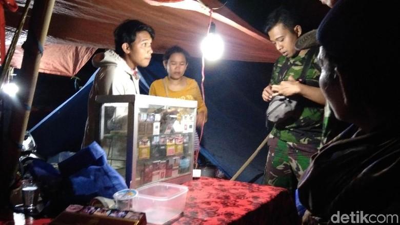 Pengungsi Gempa Lombok Buka Warung hingga Laundry di Tenda Darurat