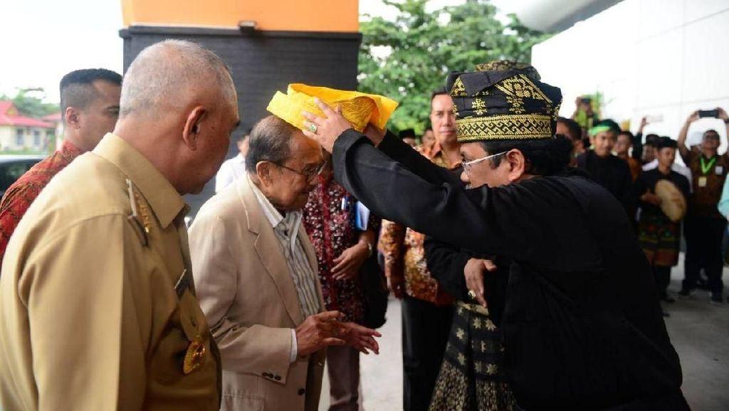 Hadiri  Haktenas, BJ Habibie Diberikan Tanjak Melayu