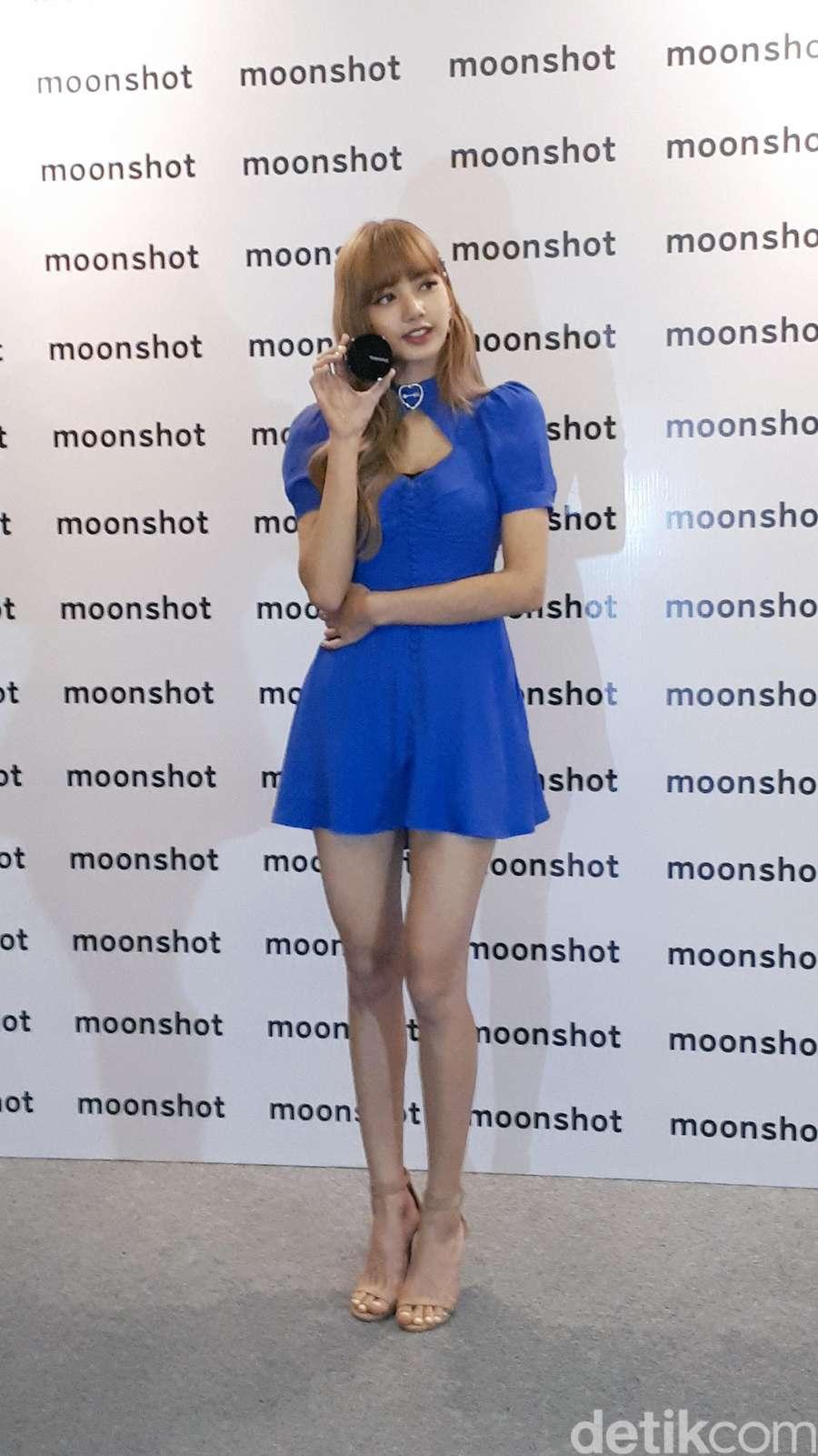 Terpikat Lisa BLACKPINK dengan Mini Dress Biru